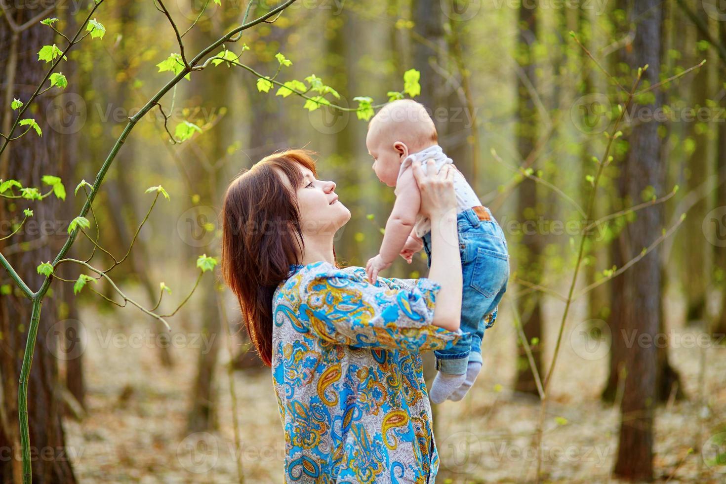 ung mamma med sin lilla son på en vårdag foto