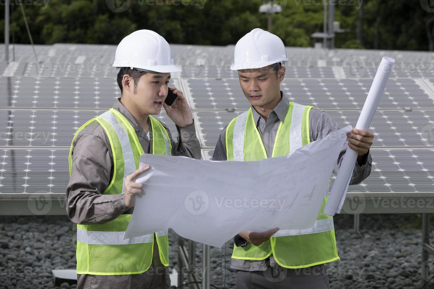två asiatiska industriella ingenjörer på jobbet. foto