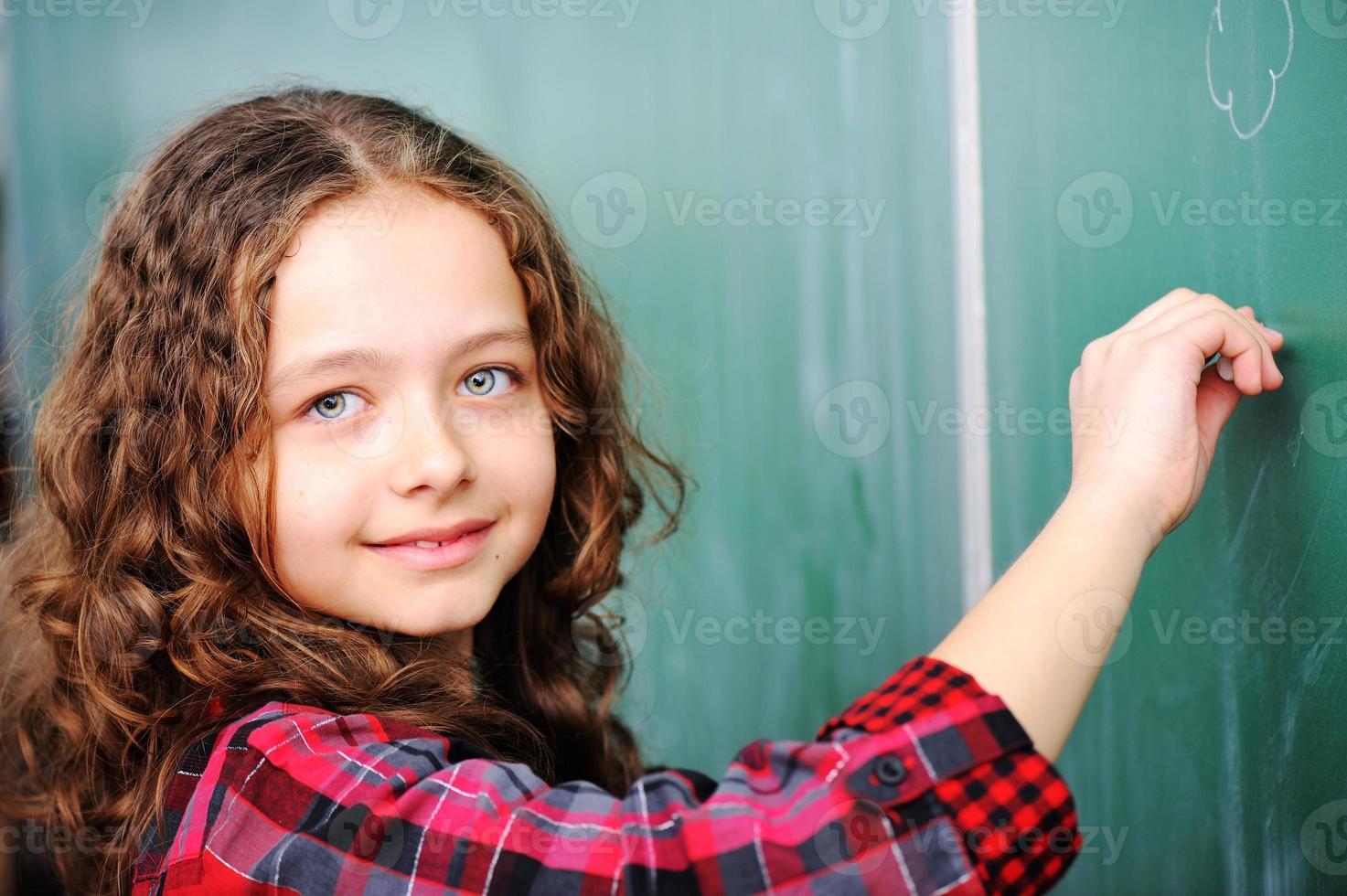 söta härliga skolbarn i klassrummet som har utbildningsaktiviteter foto