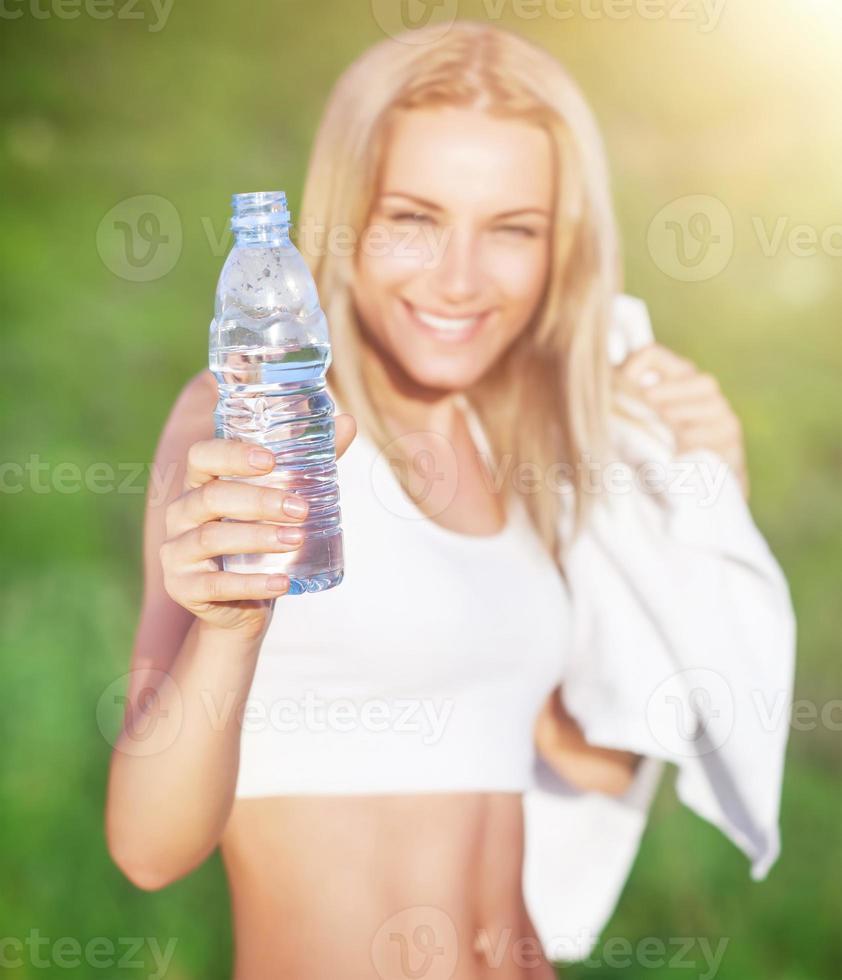sportig kvinna dricksvatten foto