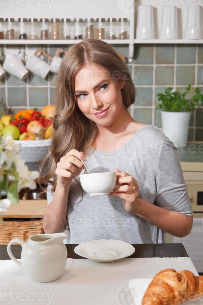 vacker kvinna som dricker kaffe foto