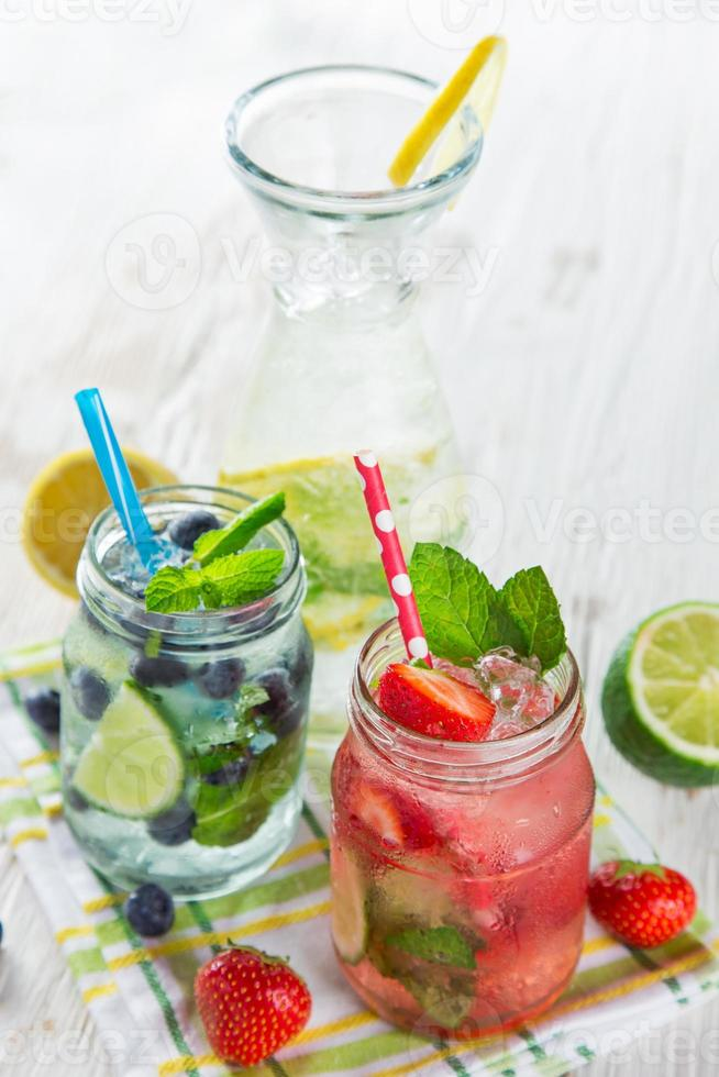 färsk fruktjuice, hälsosamma drycker. foto