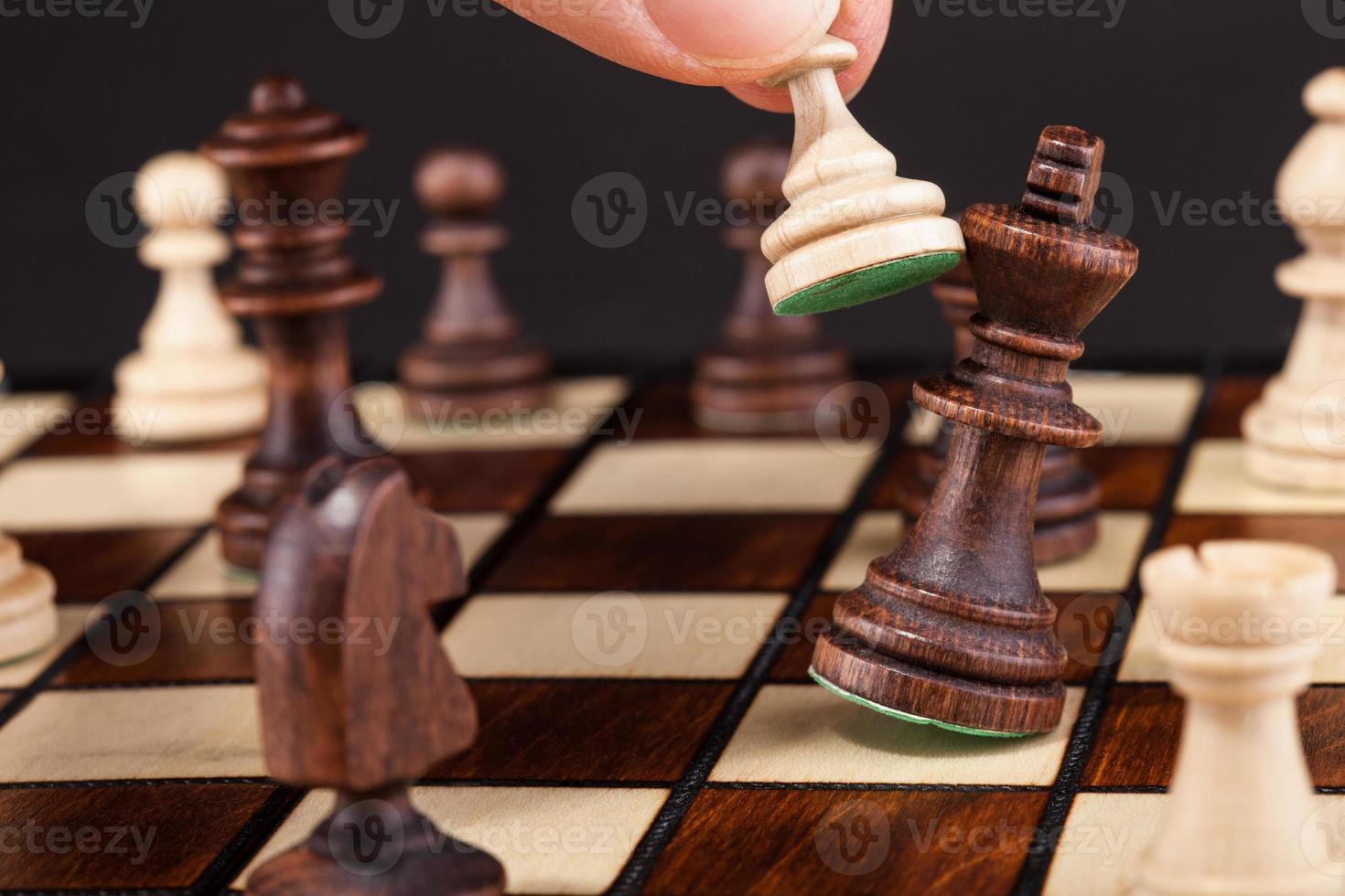 person som spelar schack foto