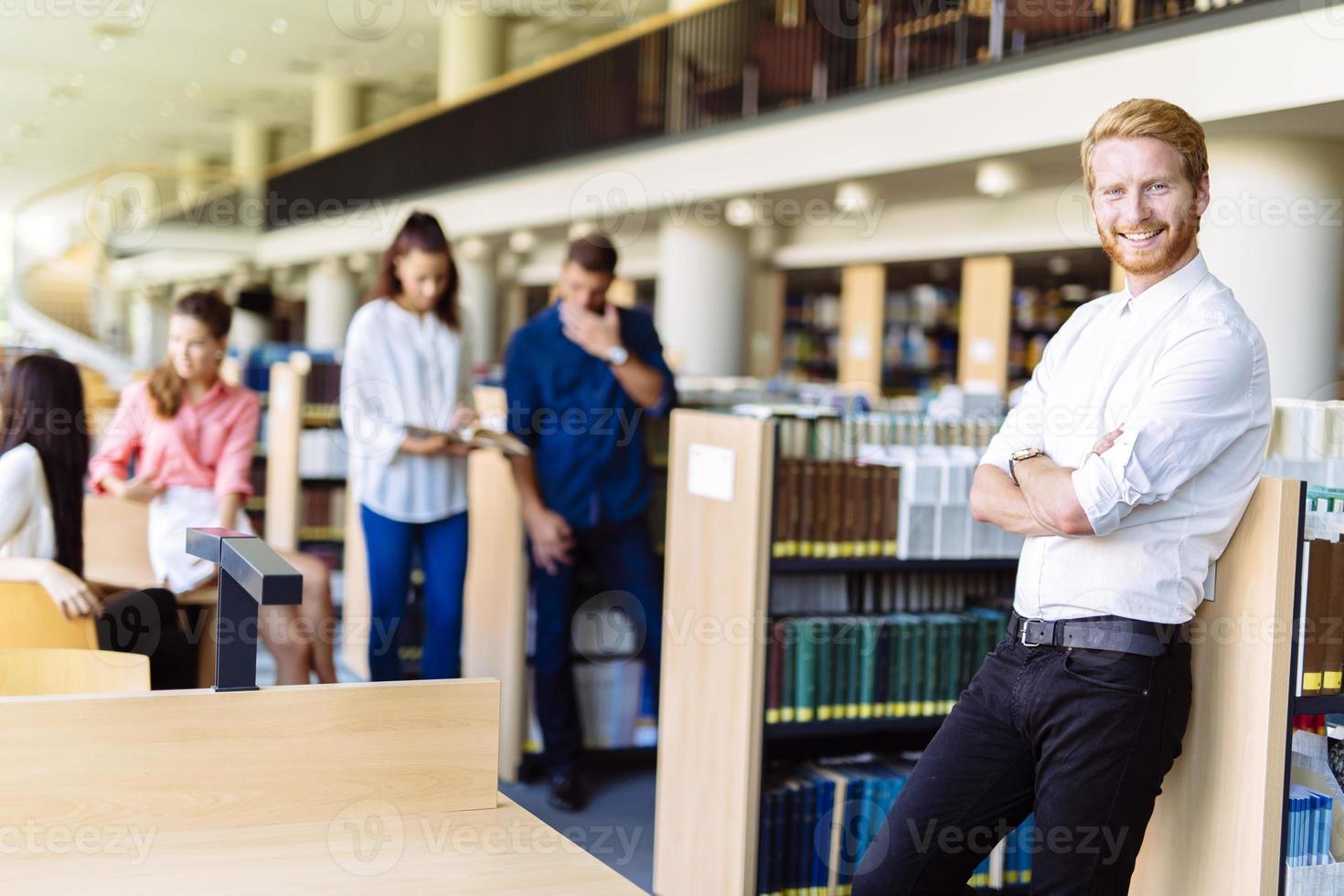 grupp ungdomar som utbildar sig på ett bibliotek foto