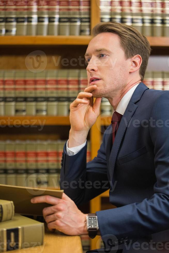 stilig advokat i lagbiblioteket foto