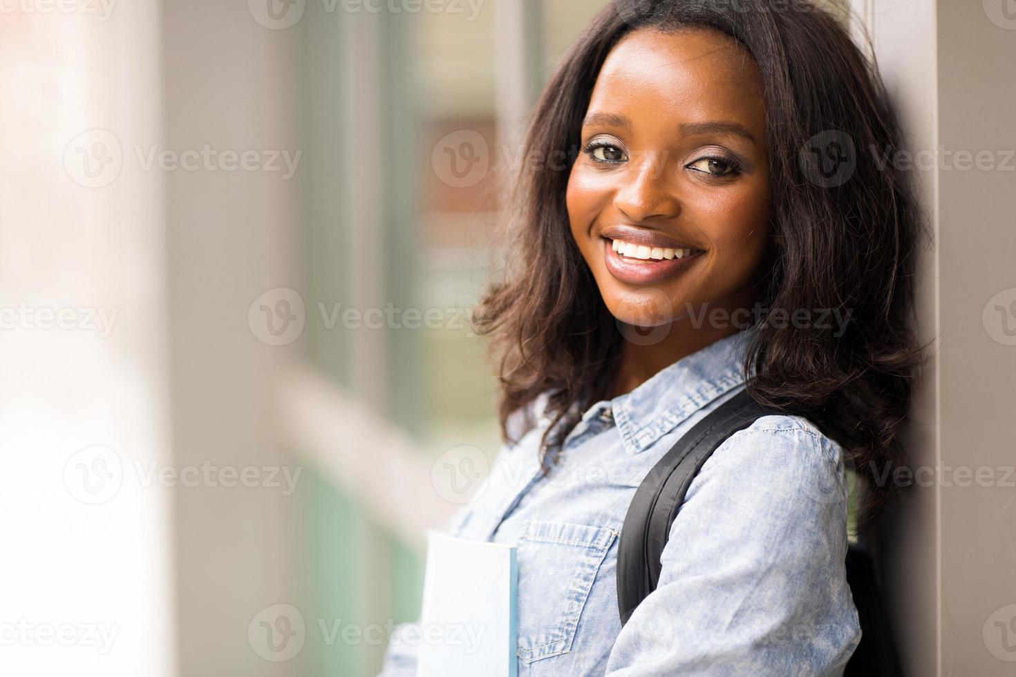 afrikansk högskolestudent med böcker foto