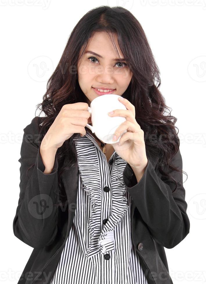 kvinna dricker kaffe foto