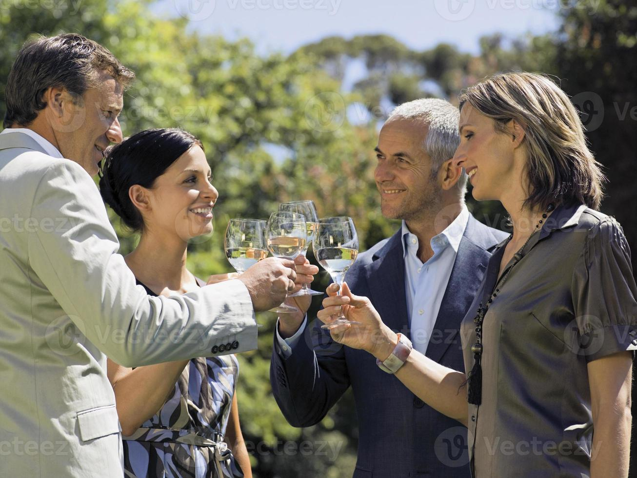 människor dricker vin. foto