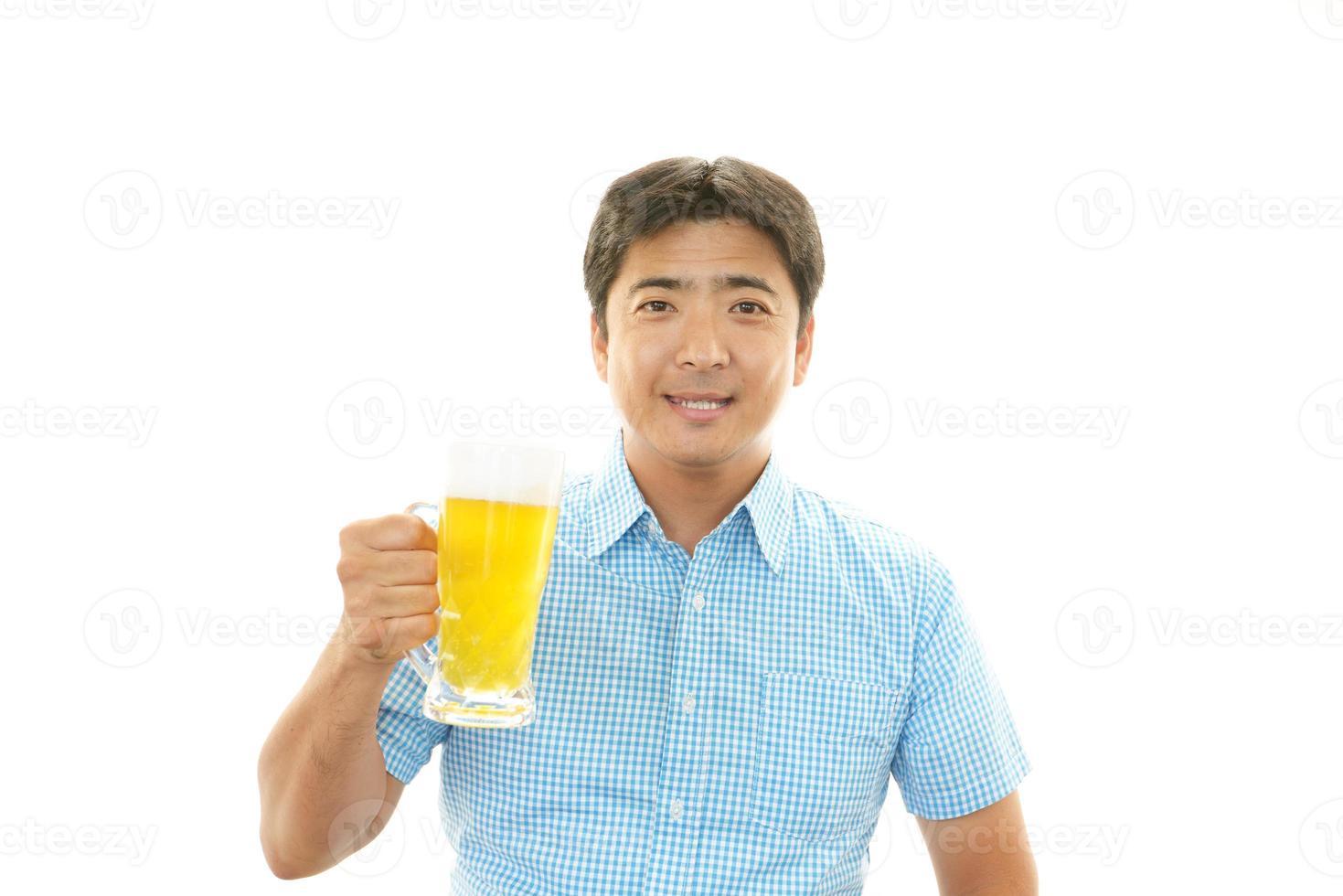 man dricker öl foto