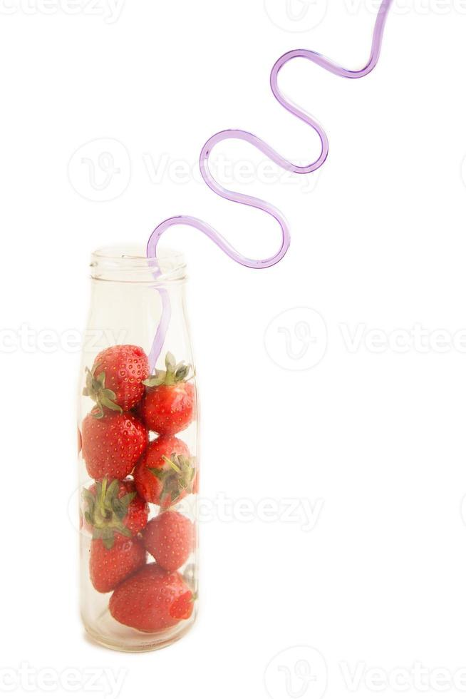 jordgubbar och dricka halm foto