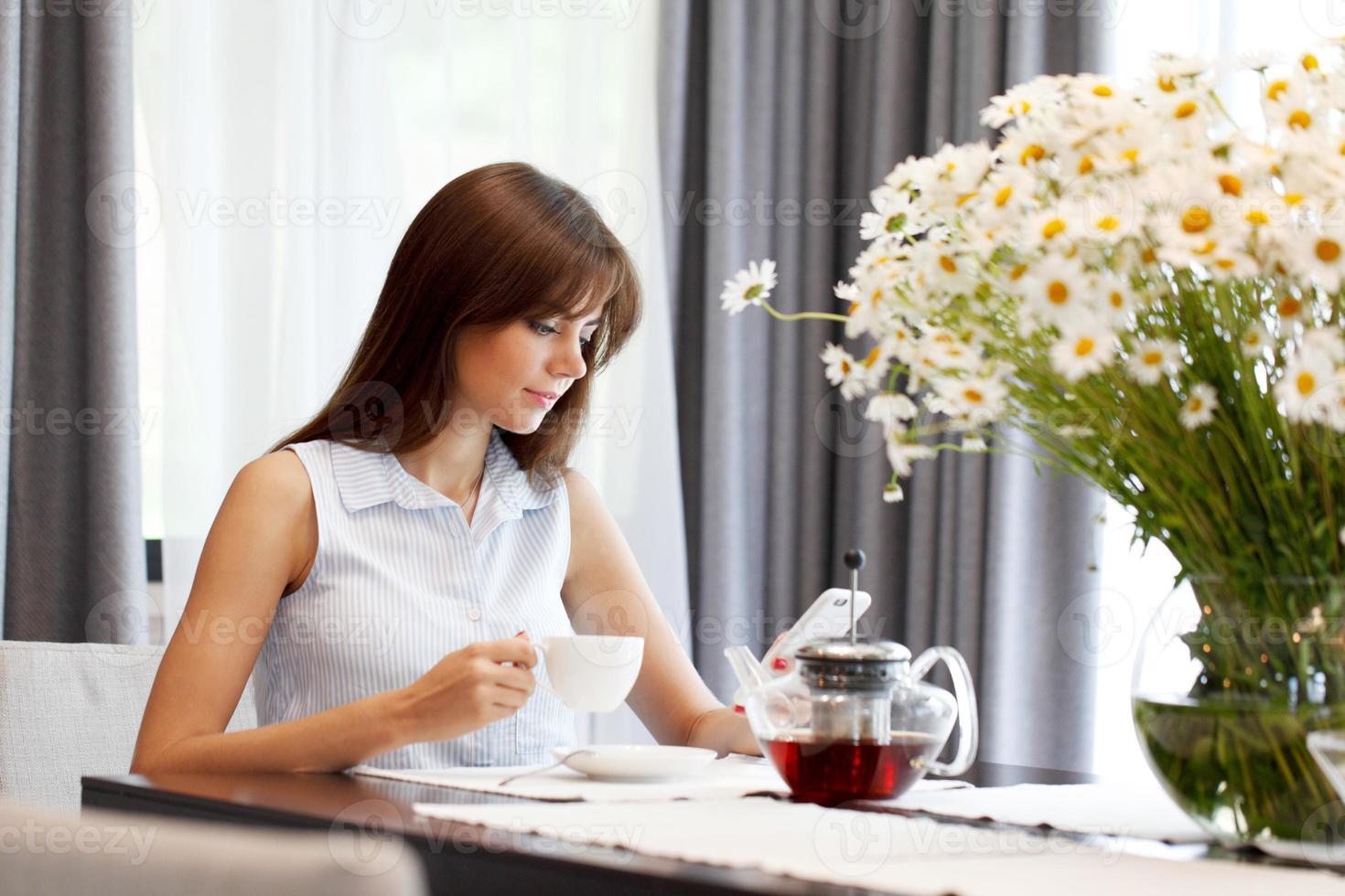 ung kvinna som dricker te foto