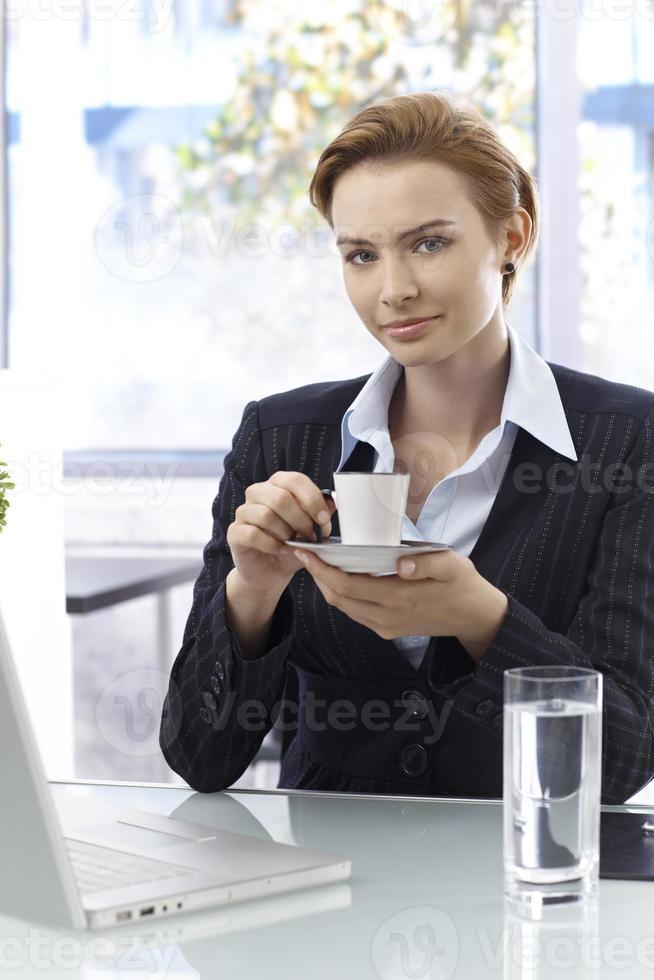 attraktiv affärskvinna som dricker kaffe foto