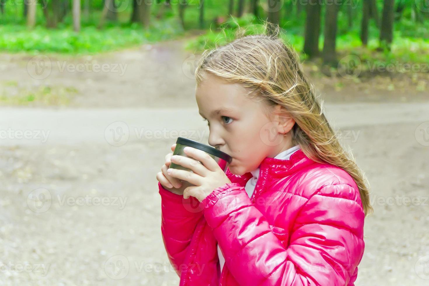 söt flicka som dricker dryck foto