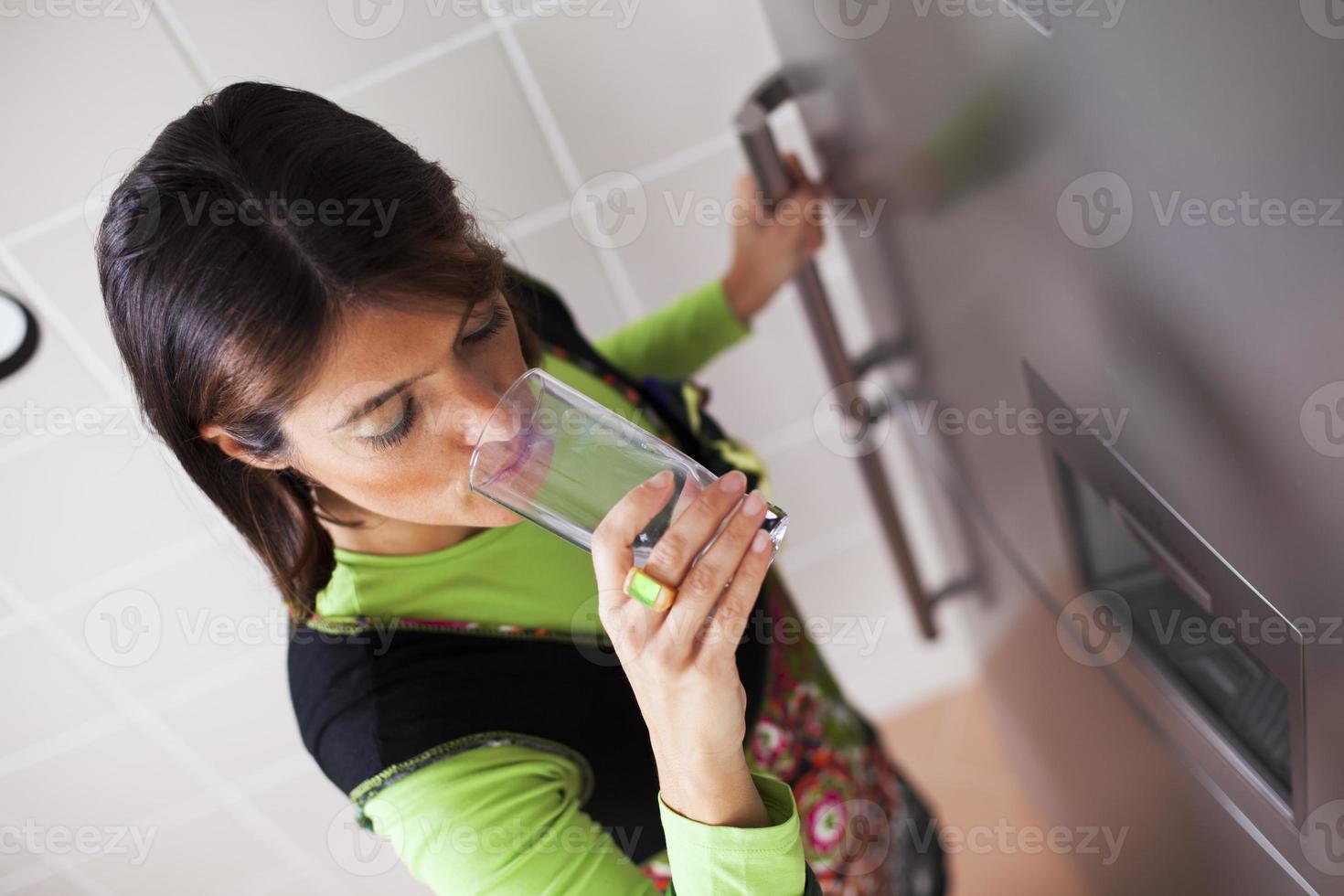 kvinna som dricker färskt vatten foto