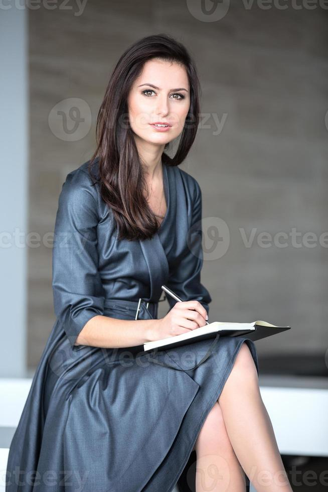 vacker flicka i en grå kostym foto