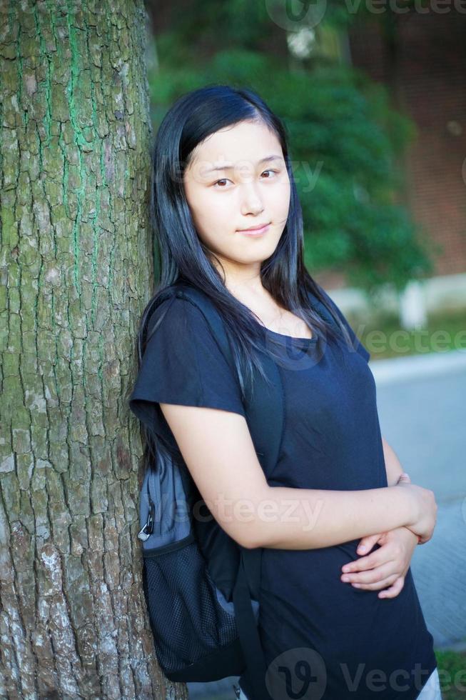 asiatisk skolflicka utomhus foto