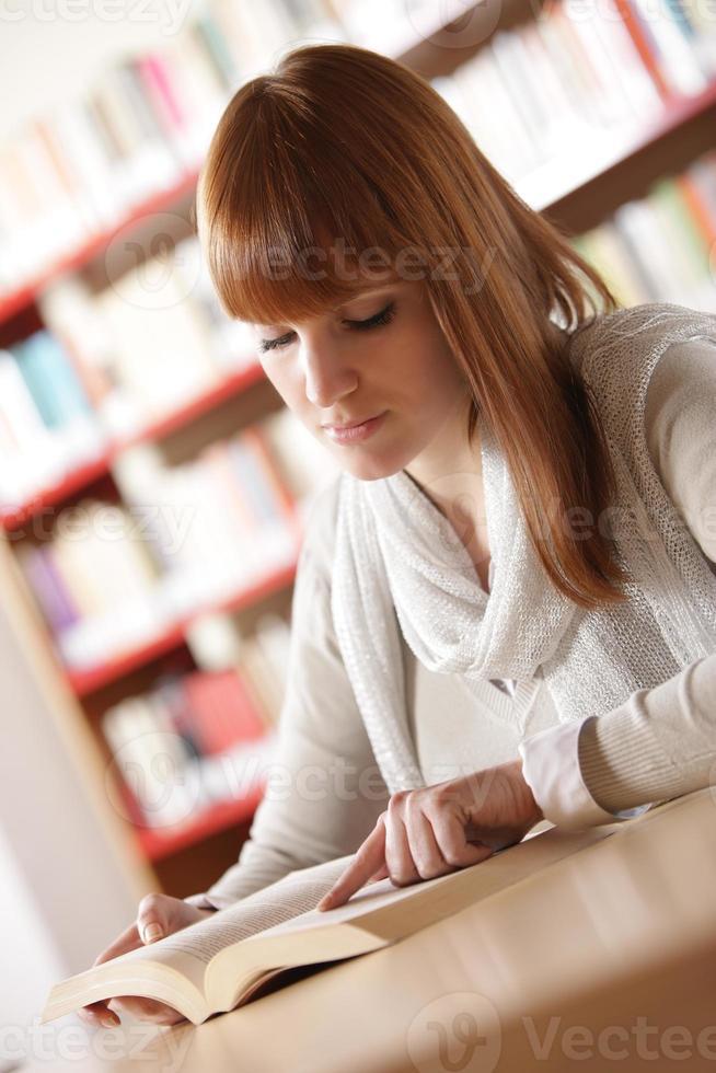 ung student i ett bibliotek foto