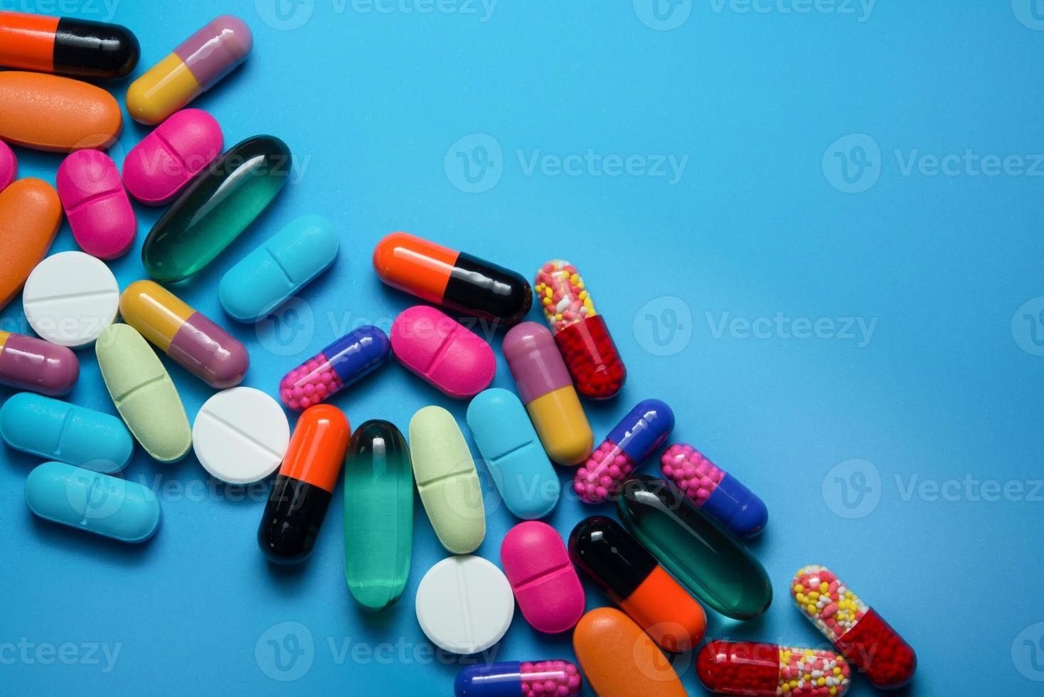 många färgglada piller foto