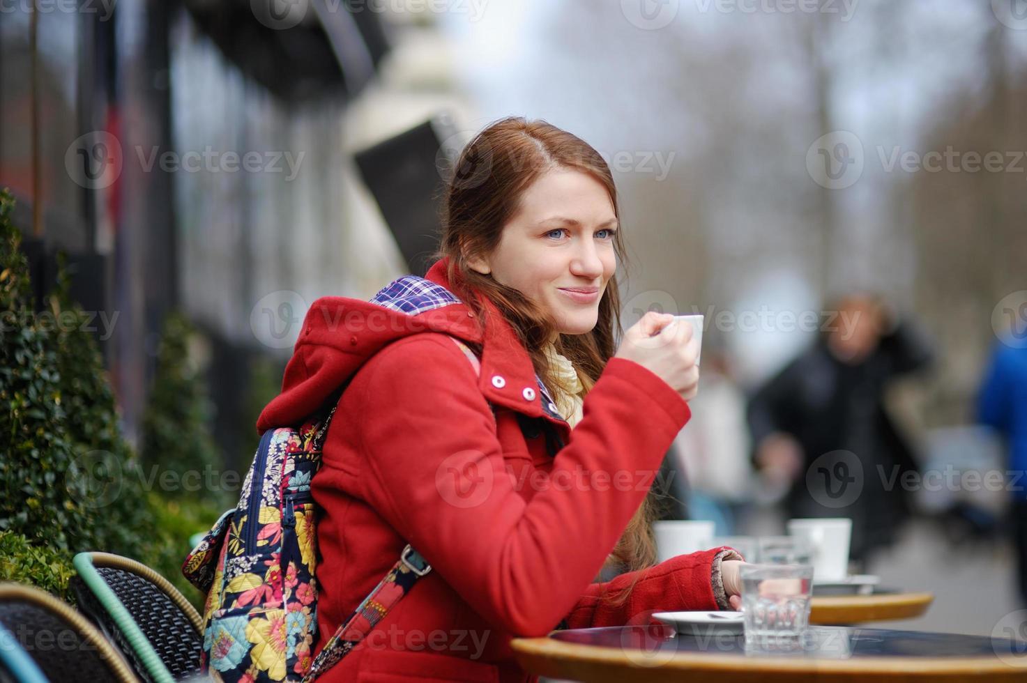 ung kvinna som dricker kaffe foto