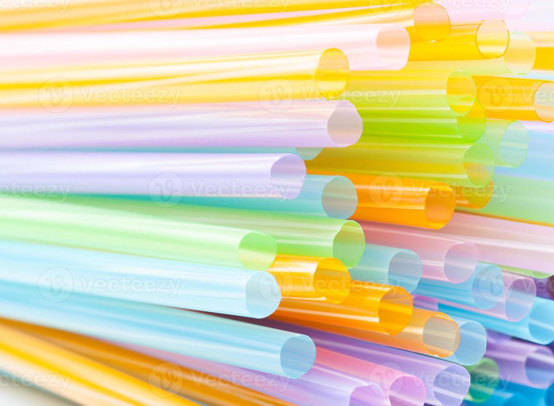 färgade plast dricker sugrör foto