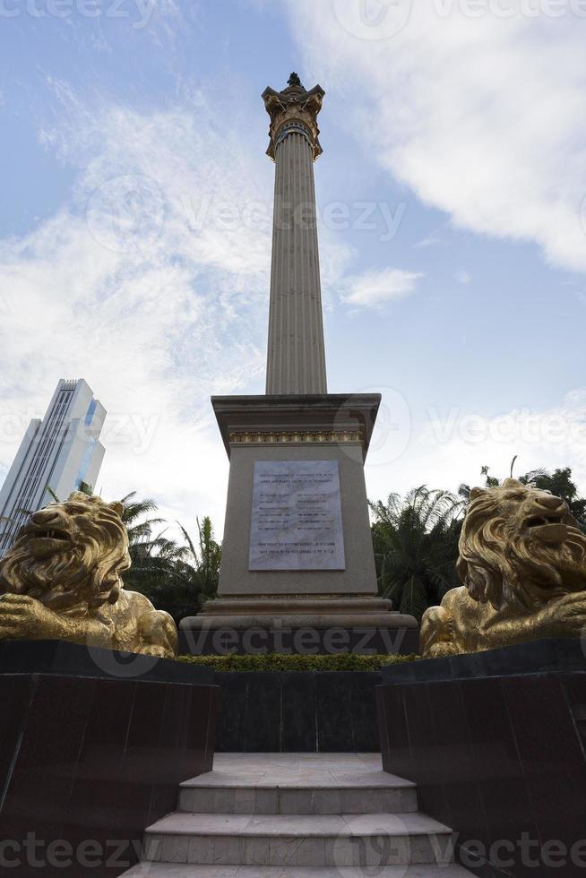 monumentet framför den katolska kyrkan foto