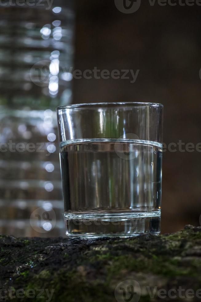 färskt dricksvatten i naturen foto