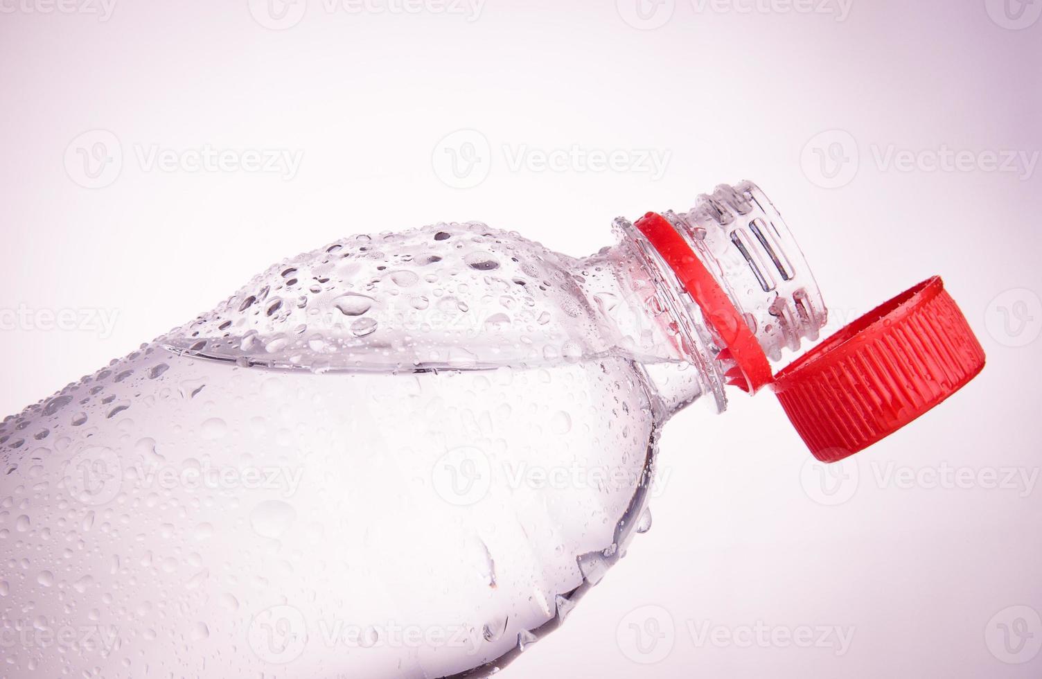 plastflaskor med dricksvatten foto