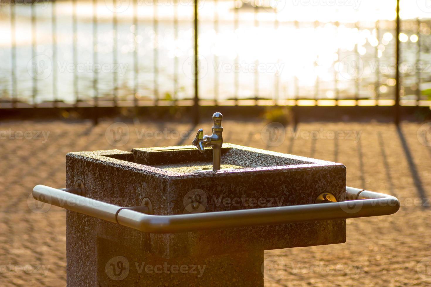 dricka fontän i solnedgången foto