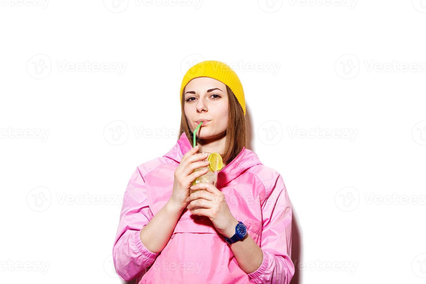 ung kvinna som dricker alkoholhaltig cocktail foto