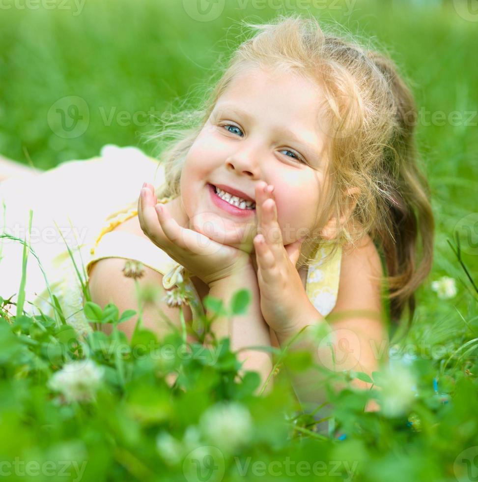 ung flicka leker utomhus foto