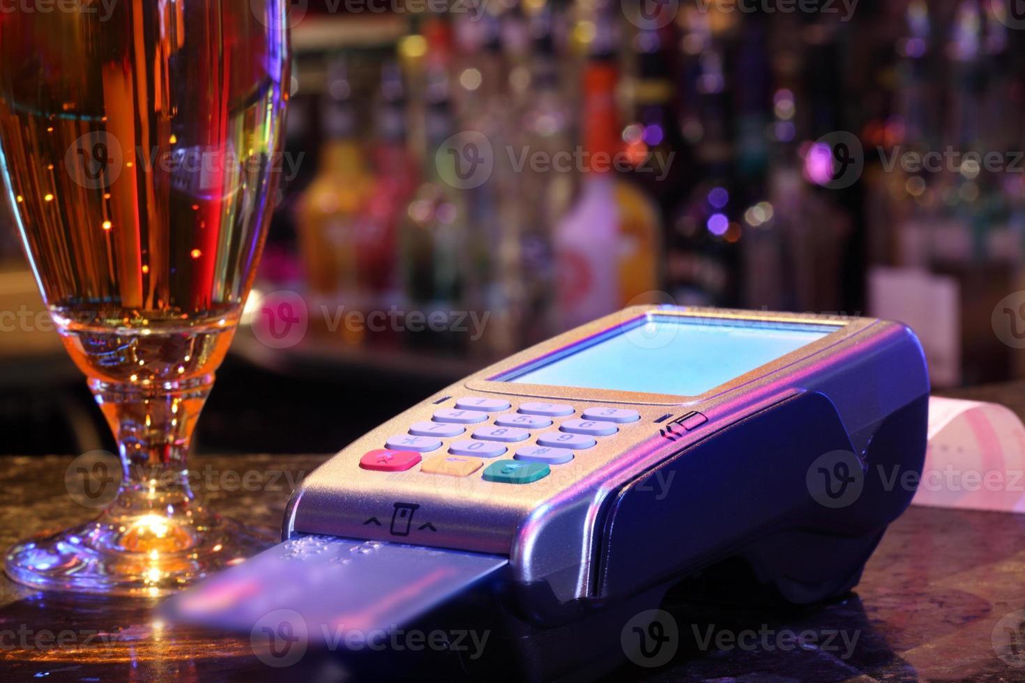 betalande drink med kreditkort foto