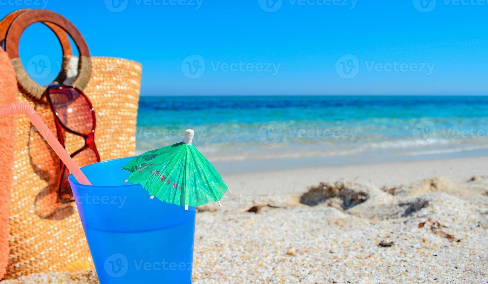 blå drink och halmväska foto