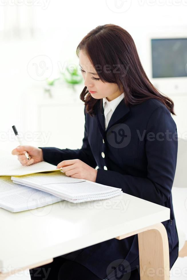 yong ganska asiatisk student som studerar foto