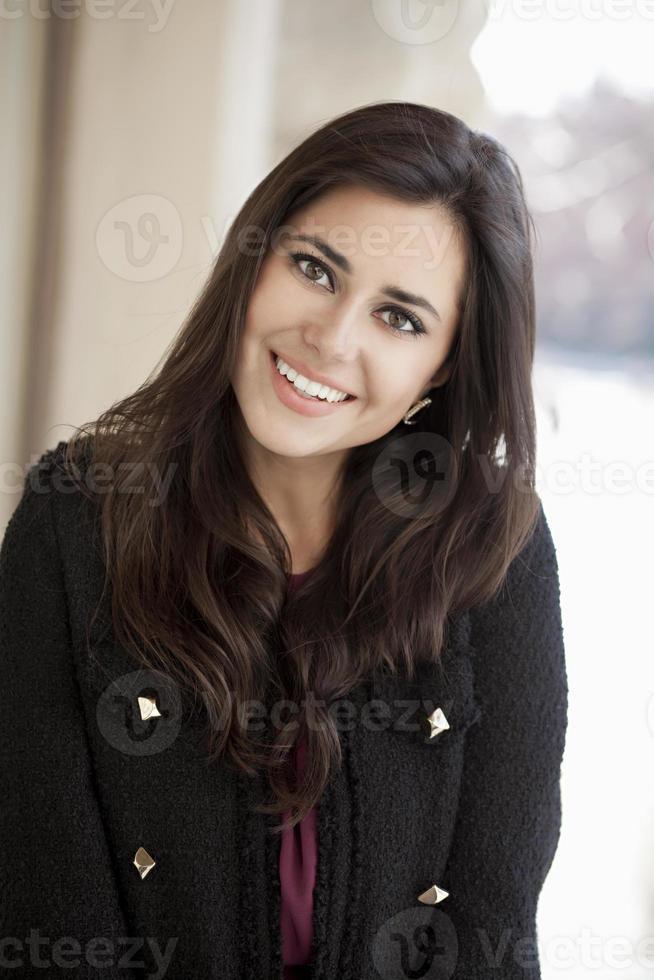 glad ung kvinna. utomhus porträtt foto