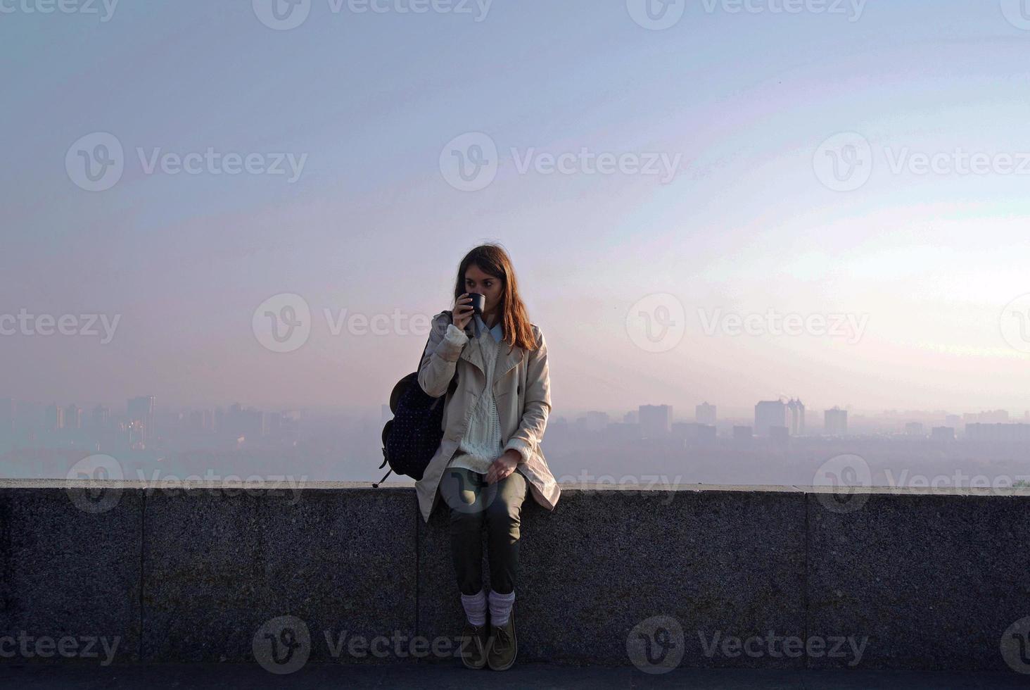 flicka som dricker sitt morgonkaffe foto