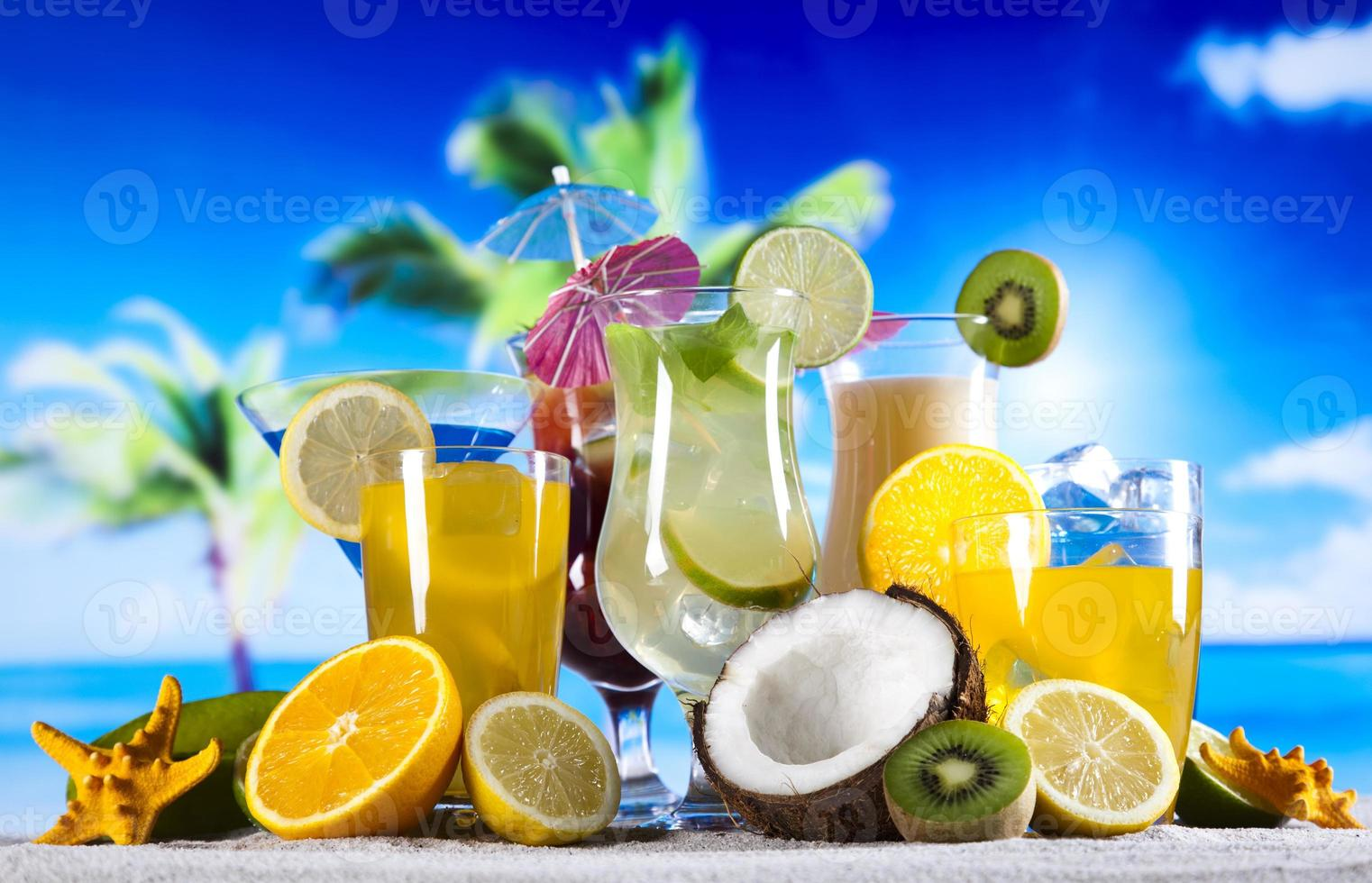alkoholhaltiga drycker med frukt foto