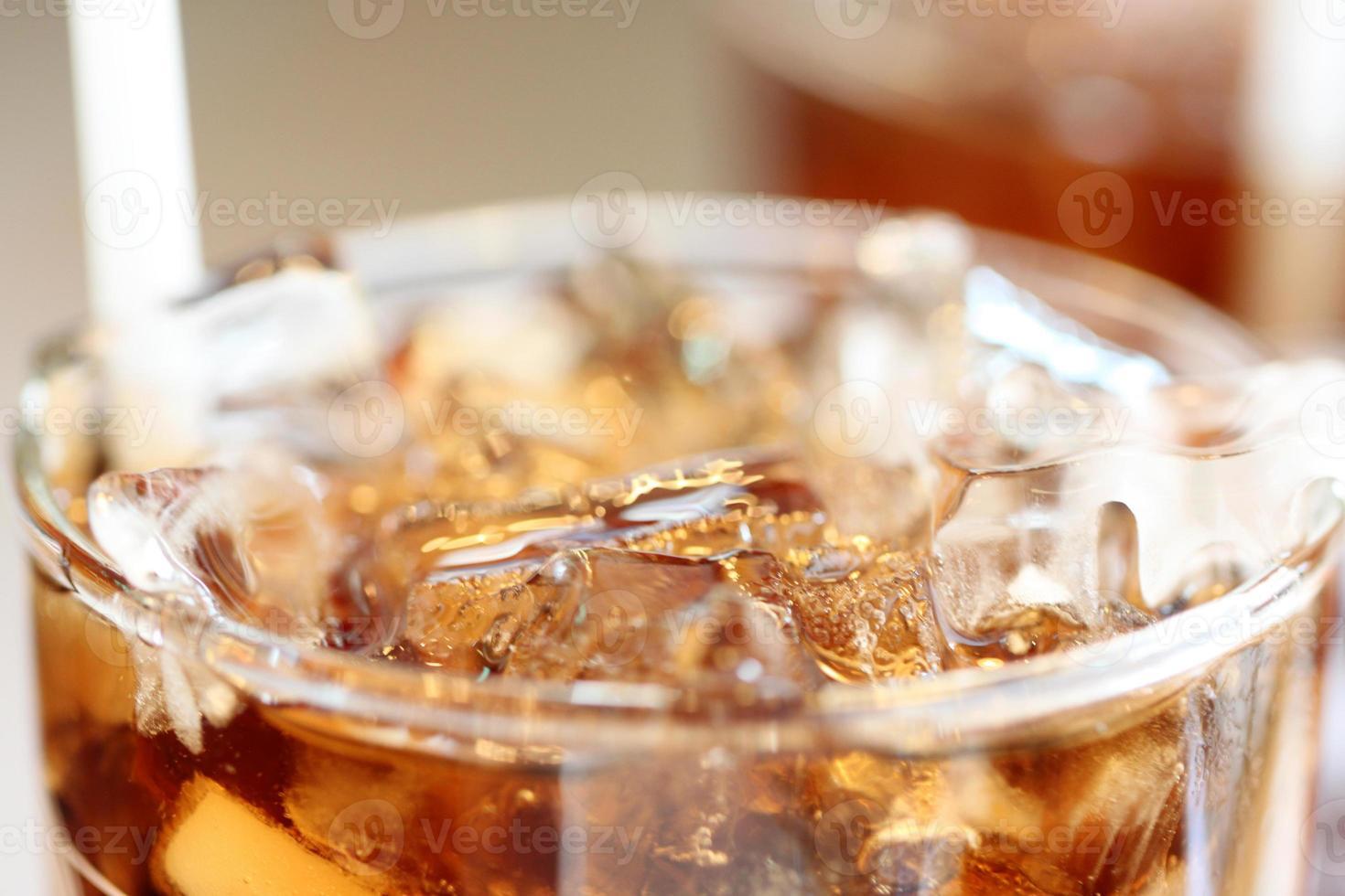 is cola dricker i glas. foto