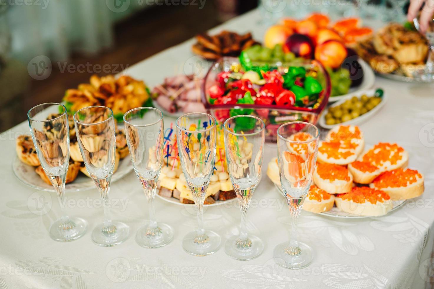 bord med mat och dryck foto
