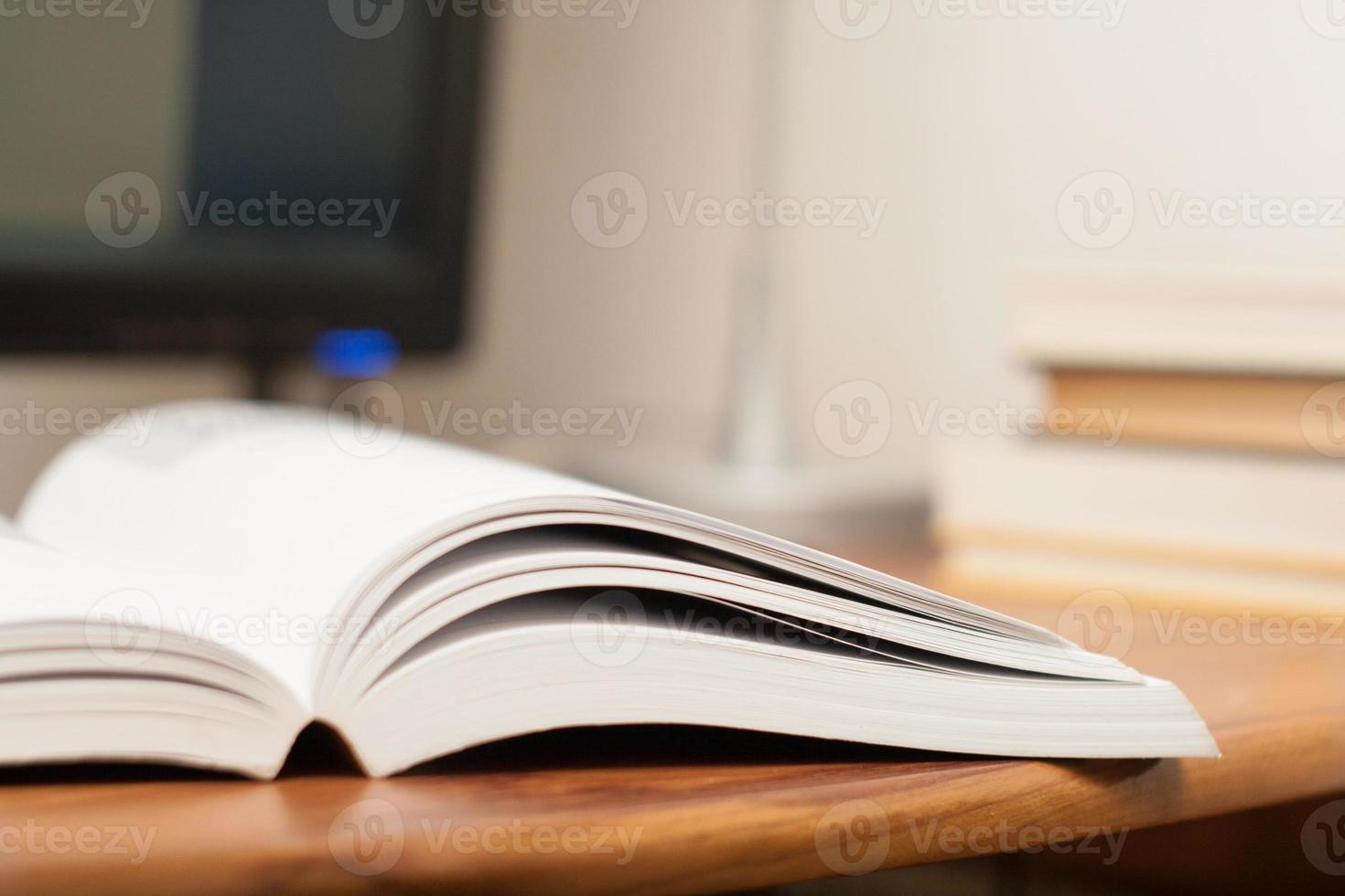 öppen bok på ett arbetsbord foto