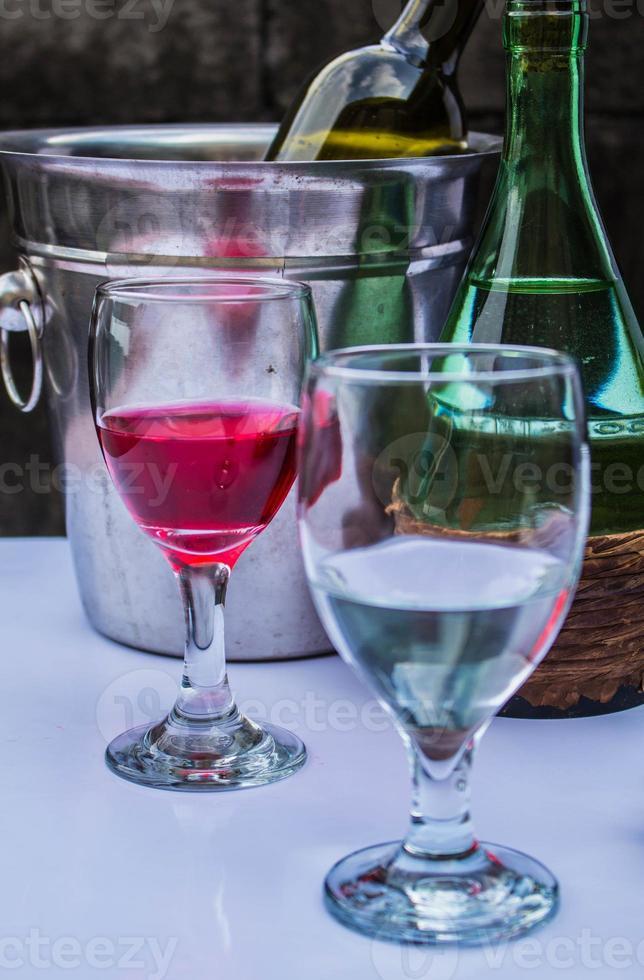 dricker ett glas foto