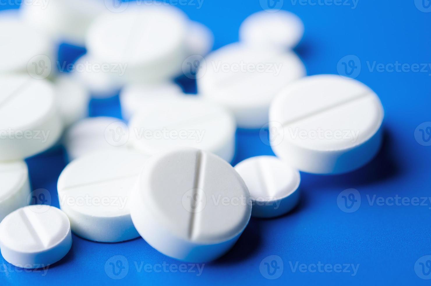 närbild av vita piller foto