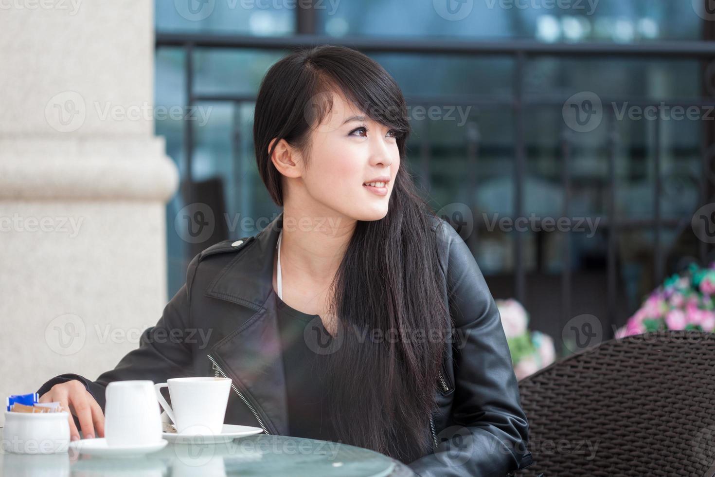 ganska ung kvinna dricker kaffe foto