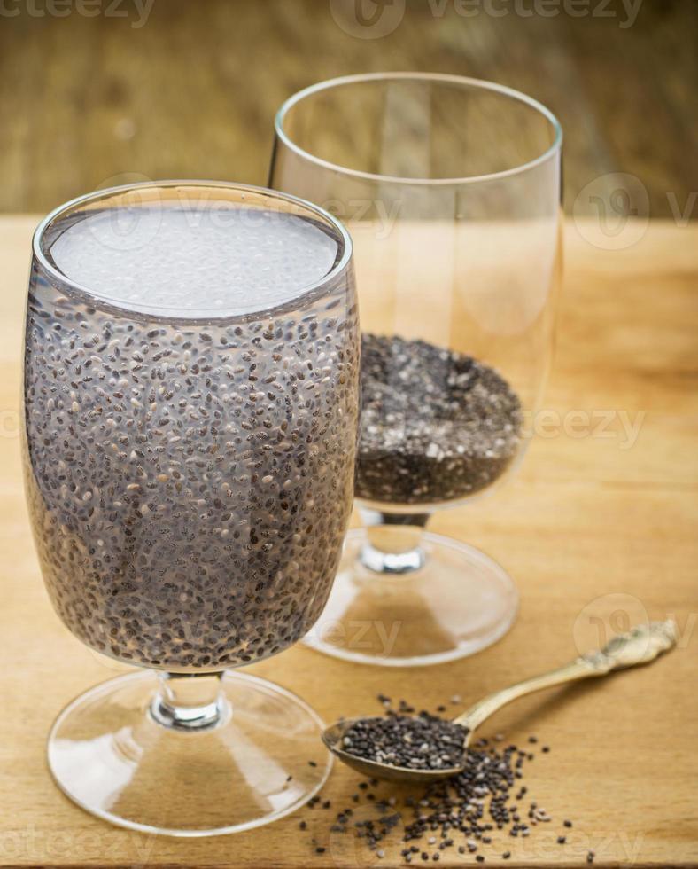 chia frön dricker med vatten foto