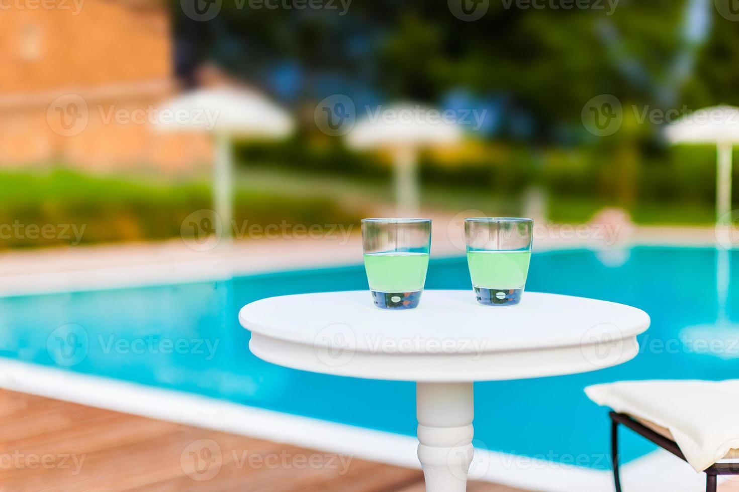 två drinkar på ett bord foto
