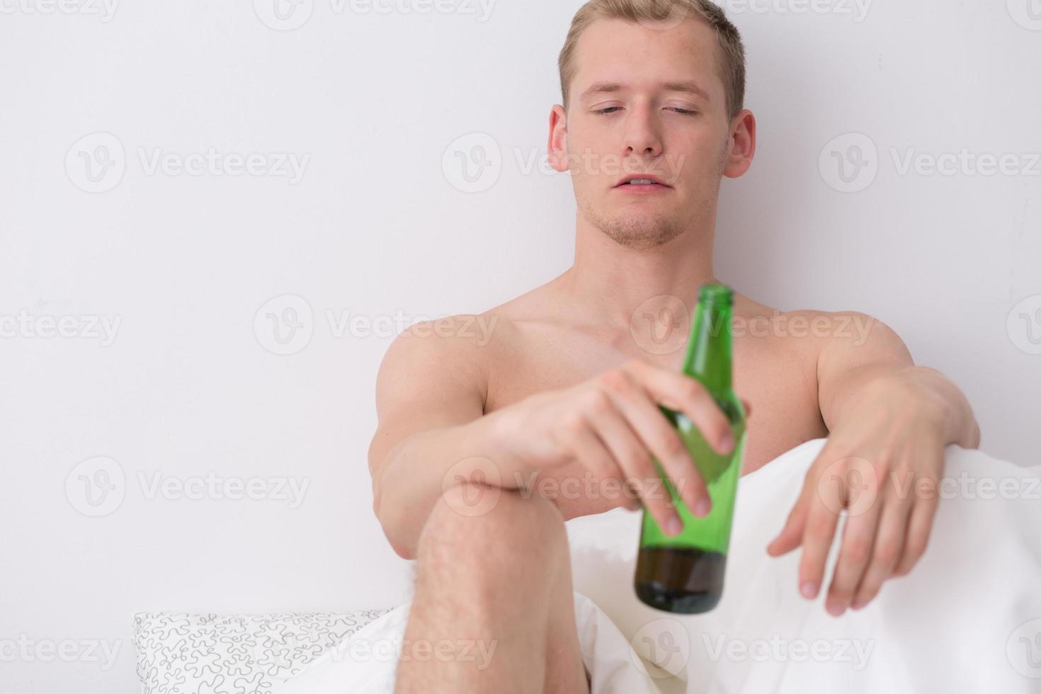 dricker öl på morgonen foto