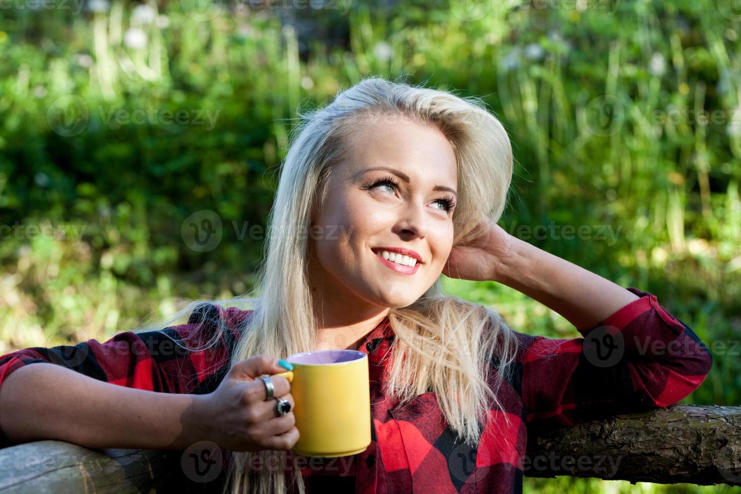 vacker land blond flicka dricka foto