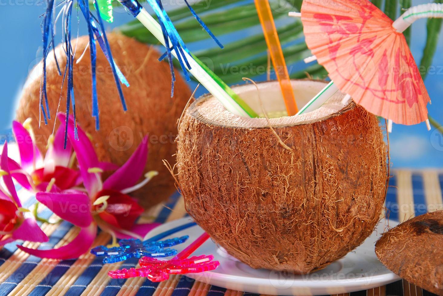 sommardrink i kokosnötskal foto