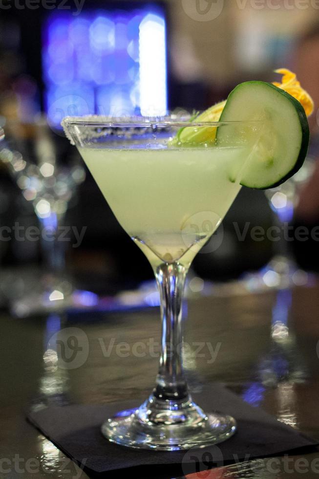 alkoholhaltig drink i baren foto