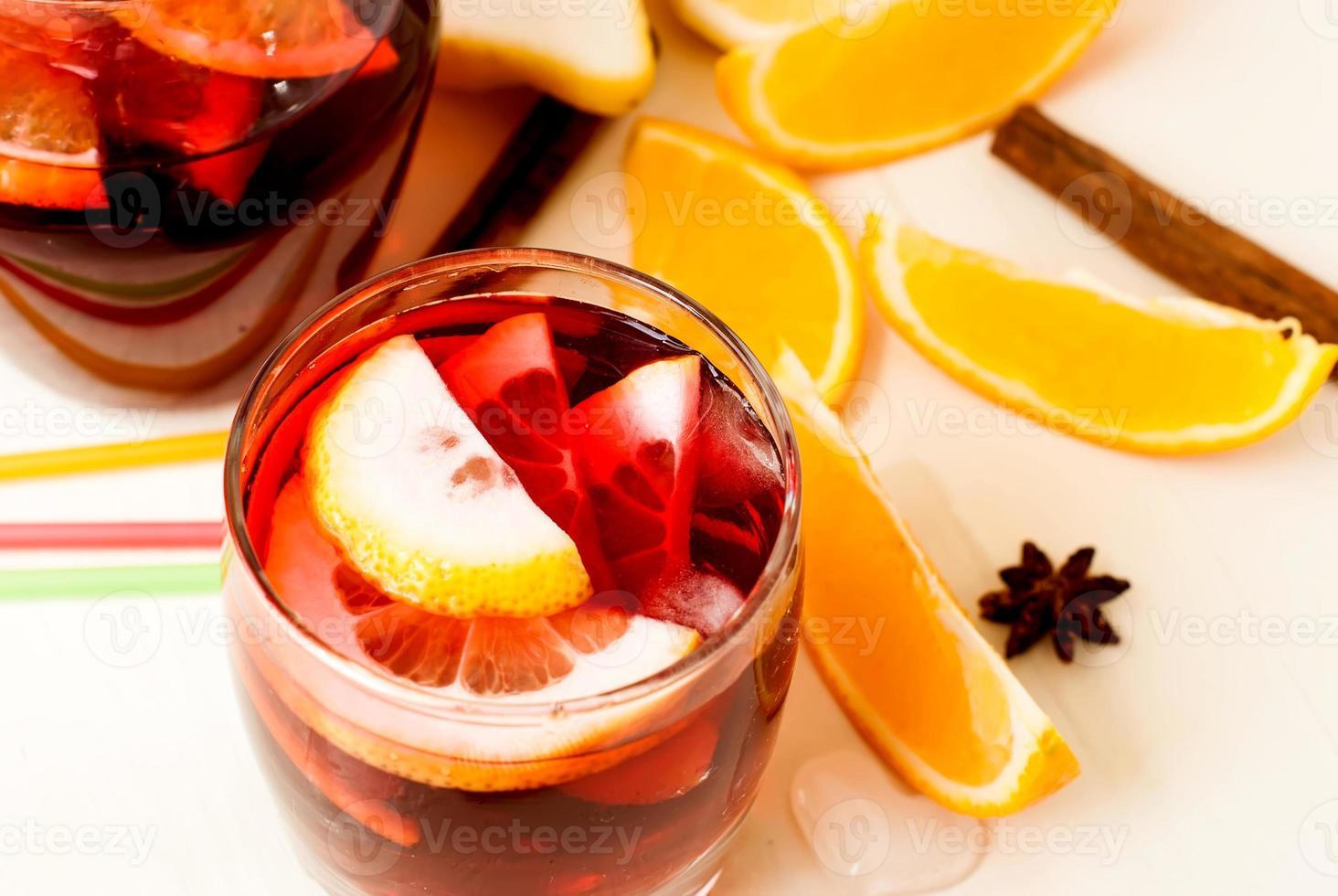 uppfriskande frukt sangria. sommardrink foto
