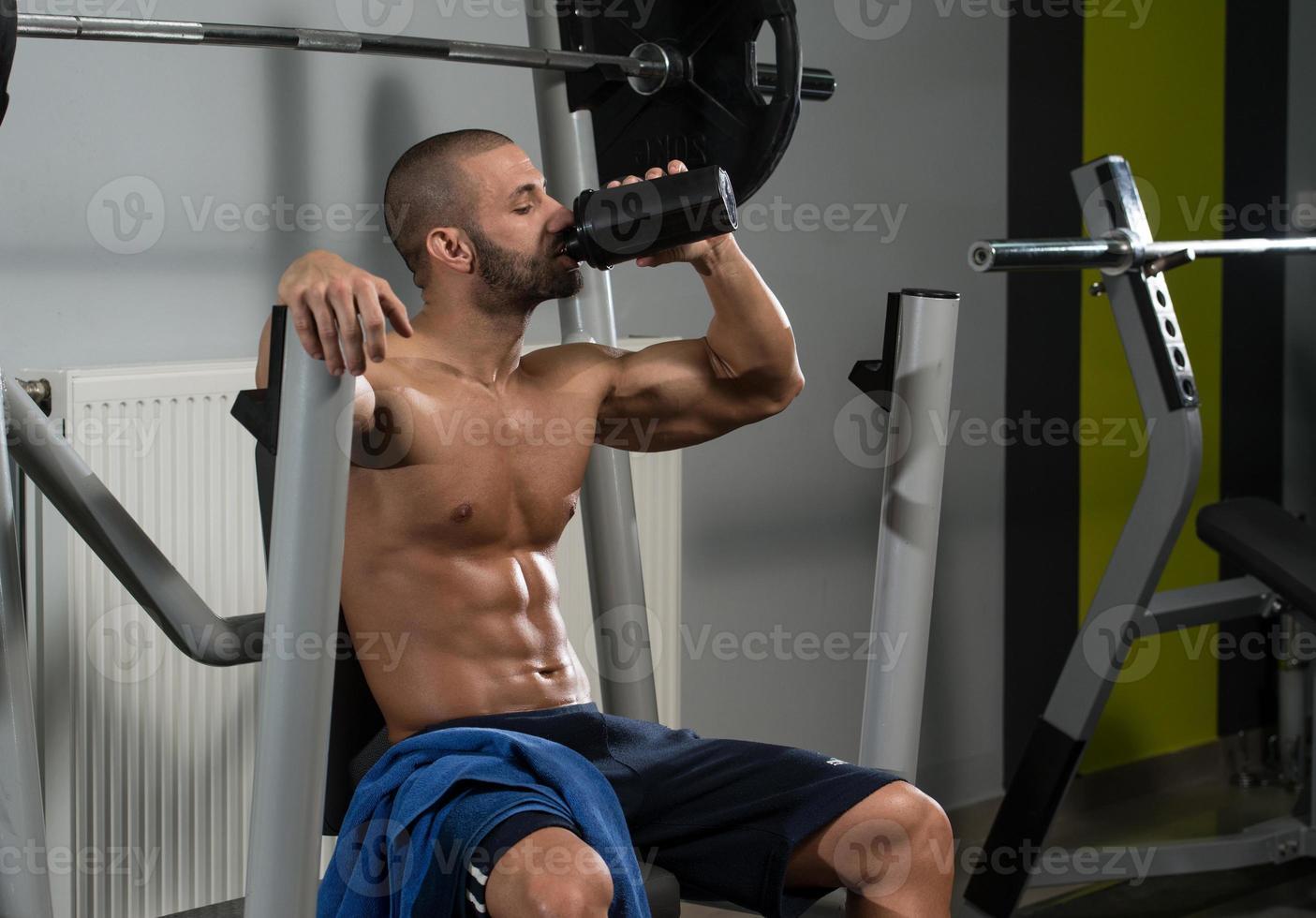 kroppsbyggare dricksvatten från shaker foto